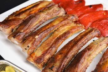 Costilla de cerdo al ajillo con pimientos confitados