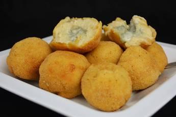 Croquetas rellenas con queso de cabrales