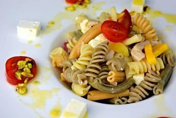 Ensalada de pasta y pollo con vinagreta de pistacho