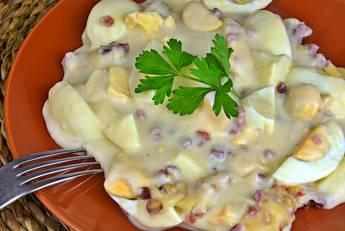 Huevos cocidos con bechamel, jamón y queso gratinados