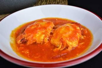 Huevos escalfados con salsa de tomate casera