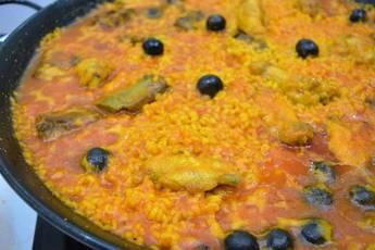 Paella de arroz con carne y verduras