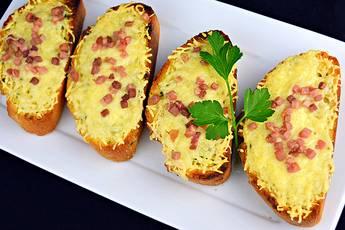 Pan de ajo con jamón y queso