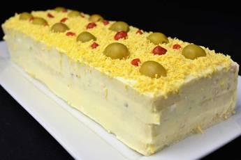 Pastel de pan de molde con ensaladilla de atún
