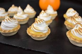 Pasteles de crema inglesa con merengue