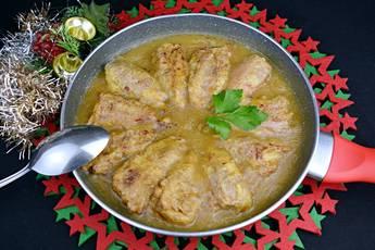 Pimientos rellenos de bacalao y gambas en salsa de cebolla