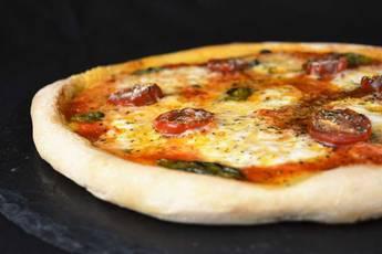 Pizza margarita con masa para pizza casera