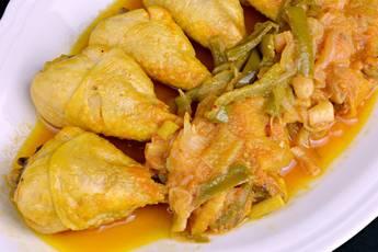 Pollo entomatado. Receta tradicional.