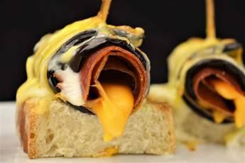 Rollitos de berenjena, jamón y queso
