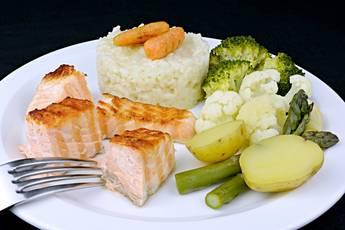 Salmón a la plancha con arroz y verduras al vapor