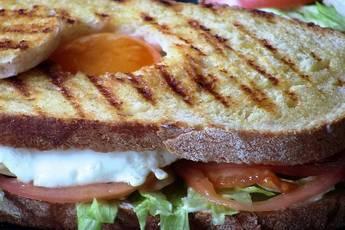 Sándwich de pollo y pan de pueblo