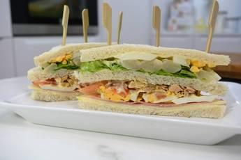 Sándwich vegetal con 3 panes diferentes