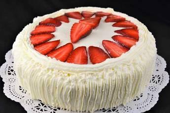 Tarta de cumpleaños, nata y fresas