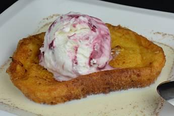 Torrijas con helado y sopa de leche condensada