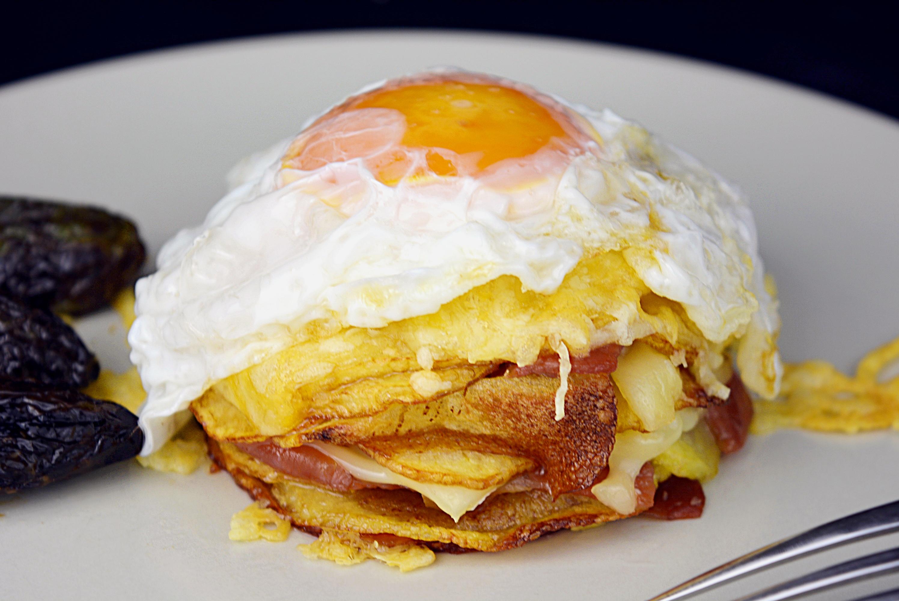 Pastel de patatas con jamón ibérico y huevo frito