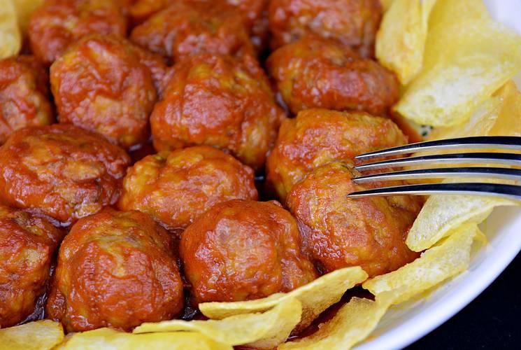 Receta de albóndigas con tomate y patatas fritas