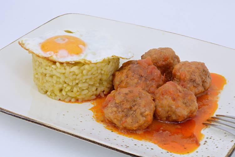 Albóndigas con arroz, guiso casero y fácil
