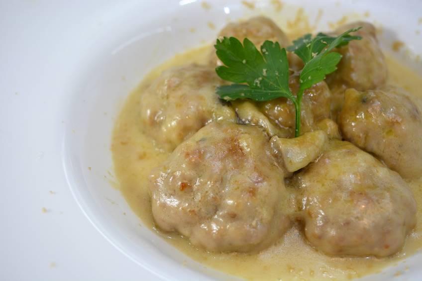 Albóndigas con salsa de hongos y foie