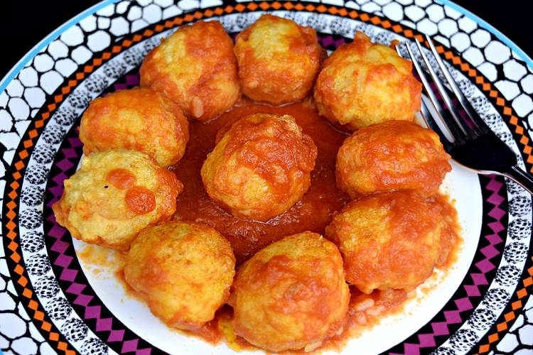Albóndigas de arroz y gambas en salsa picante