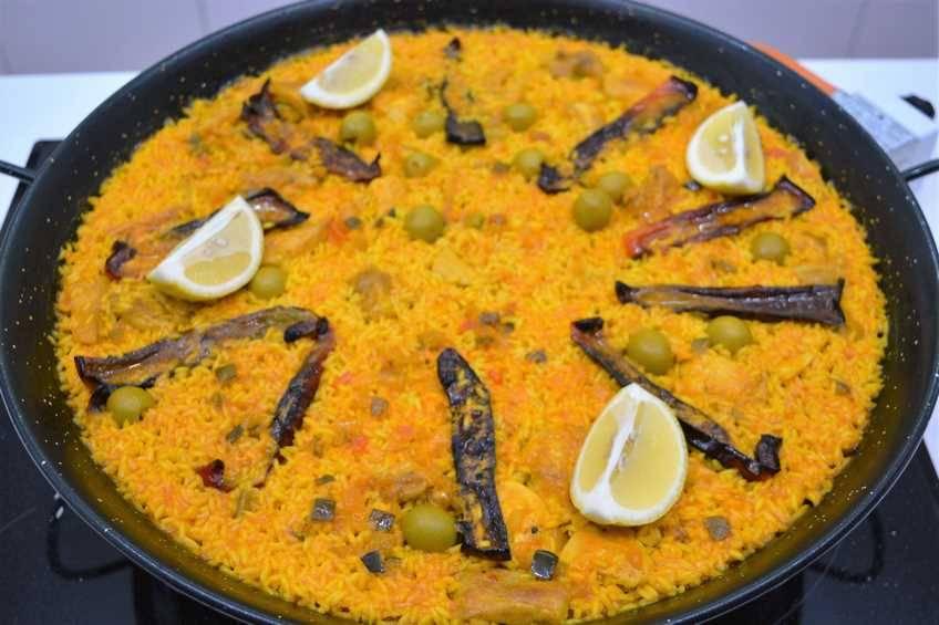 Paella de arroz con pollo al ajillo