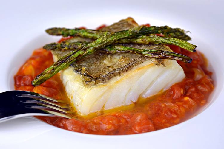 Bacalao con tomate, receta fácil y rápida
