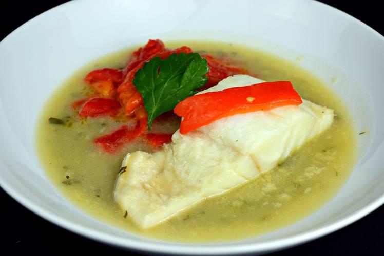 Bacalao en salsa verde con pimientos asados