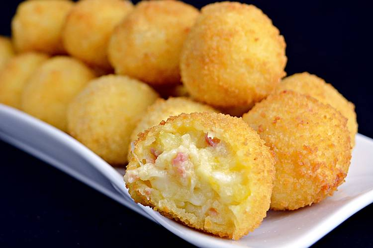 Bolas de patata rellenas de jamón y queso