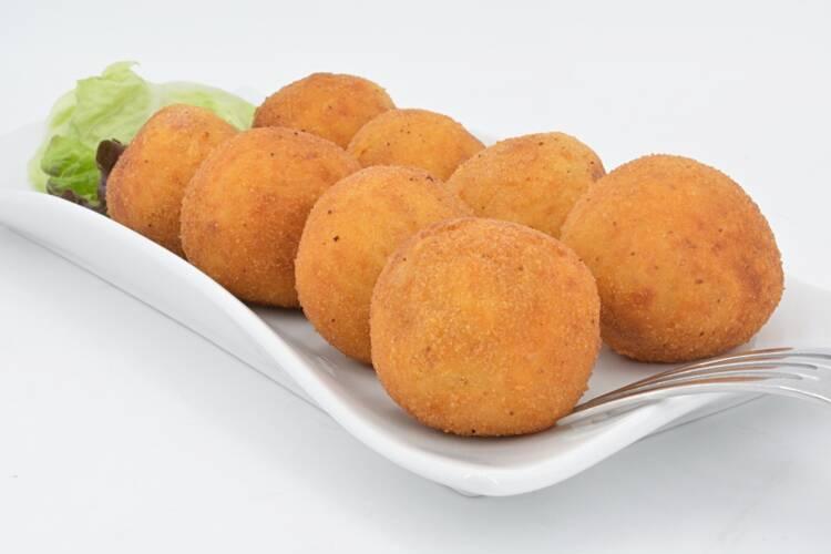 Bombas de patata con chorizo y salsa roquefort