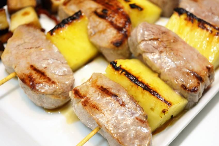 Brochetas de solomillo con pi a y setas for Como preparar solomillo