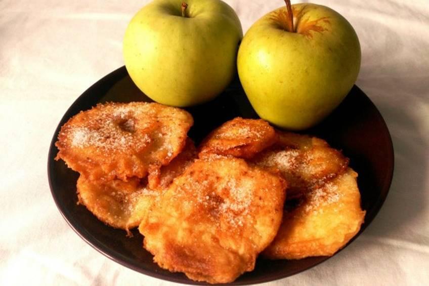 Buñuelos de manzana con azúcar y canela