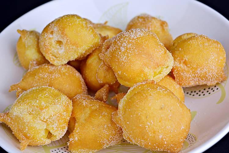 Buñuelos rellenos de crema pastelera