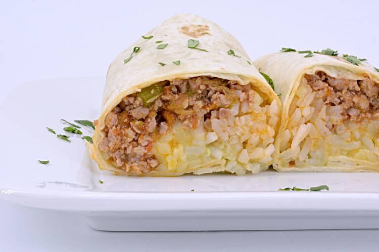 Burritos de carne con guacamole y arroz
