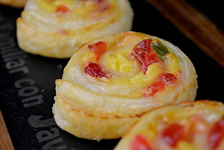 Caracolas de hojaldre con crema pastelera y frutas