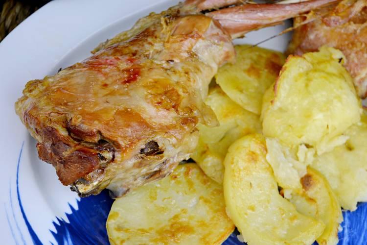Cordero asado al horno con patatas para Navidad
