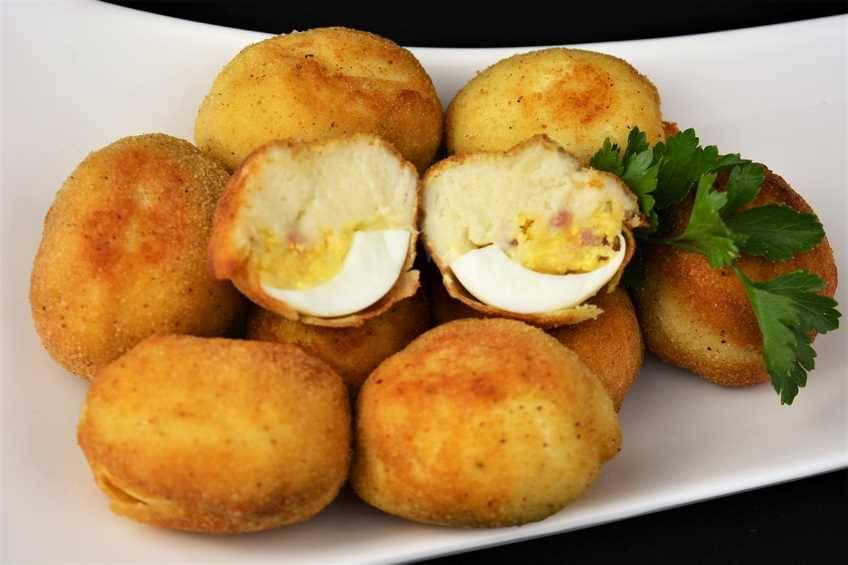 Croquetas de huevo relleno de jamón y queso