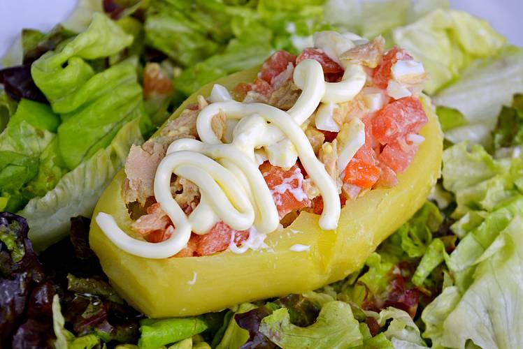 Patata rellena con ensalada, receta fácil y rápida