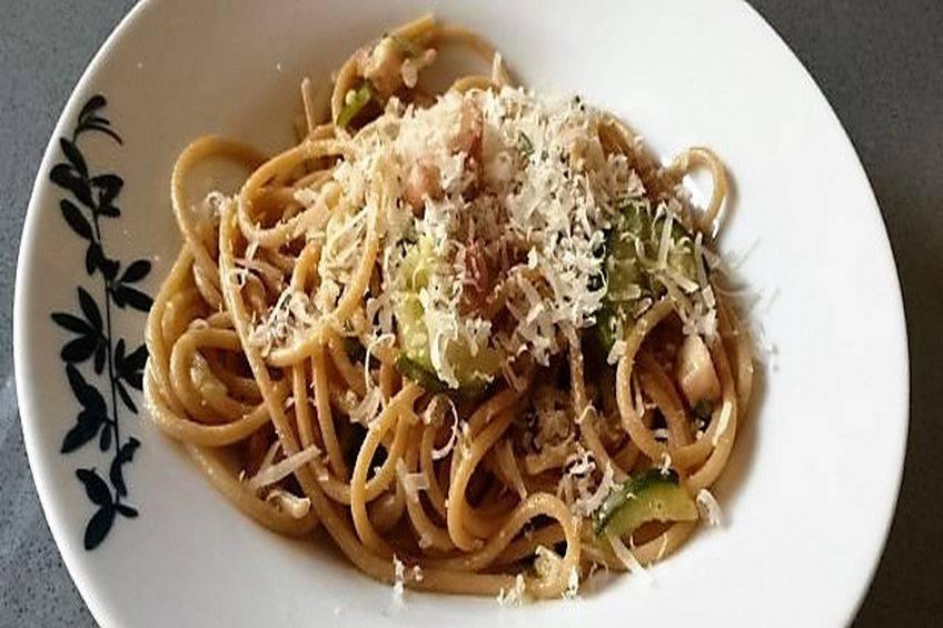 Espaguetis con calabacín, bacon y queso