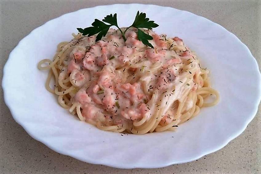 Espaguetis con crema de salmón