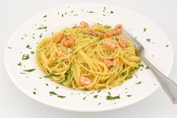 Espaguetis con gambas al ajillo, receta de pasta muy fácil