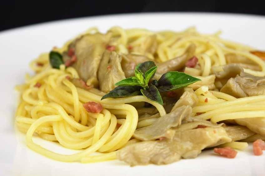 Espaguetis con salsa de hongos y jamón
