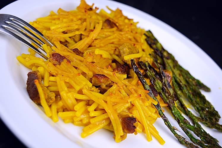 Fideuá de cordero con caldo de verduras