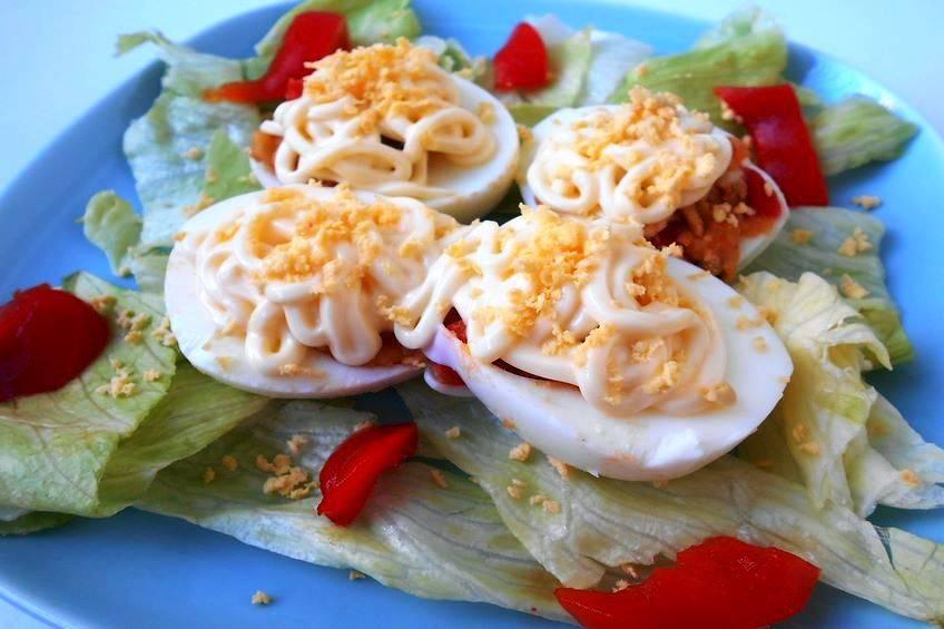 Huevos rellenos de mejillones y pimientos