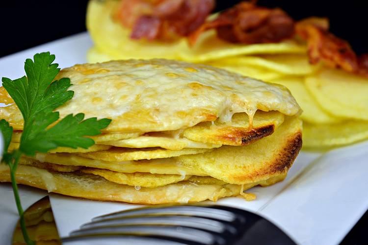 Milhojas de pollo y patatas gratinado con queso