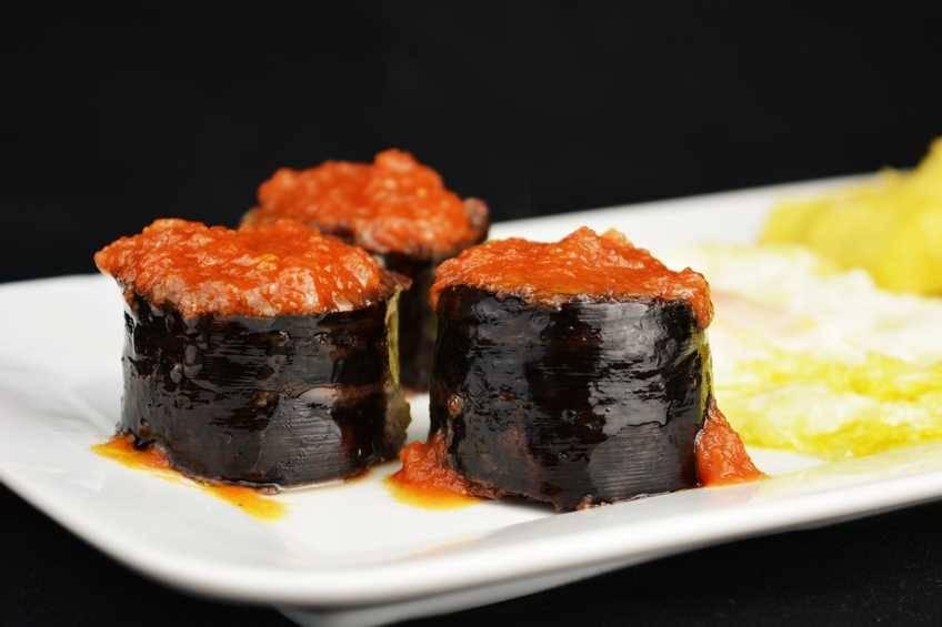 Receta de morcilla asada con tomate y huevo frito