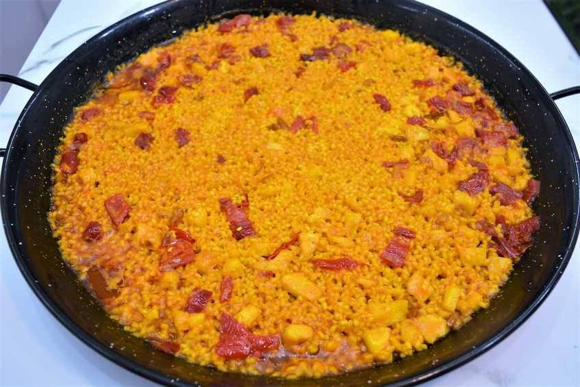 Paella de arroz con bacalao a la riojana