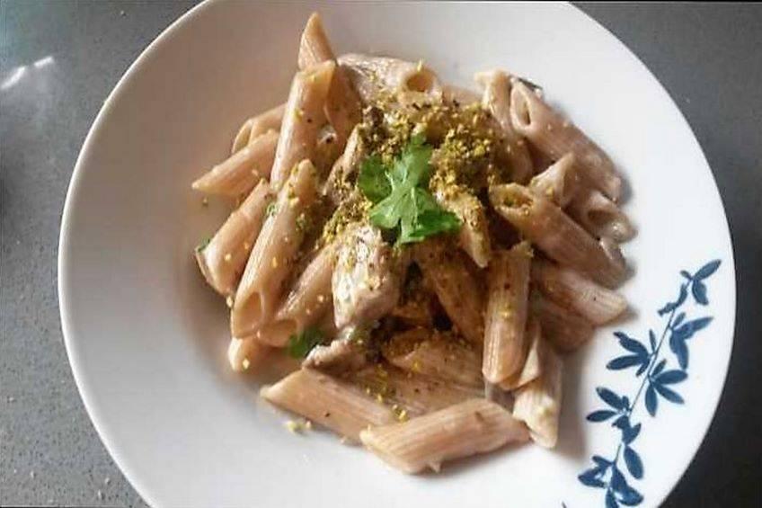 Pasta con salsa de queso y pistachos