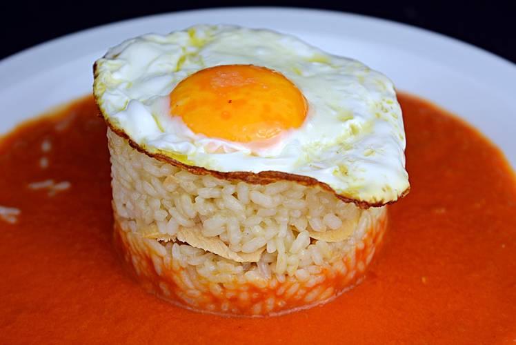 Pastel de arroz con atún