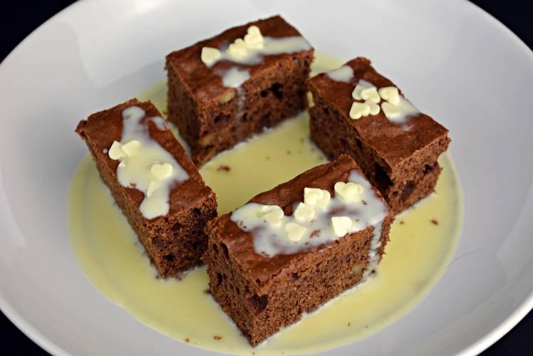 Pastel de chocolate con sopa de chocolate blanco
