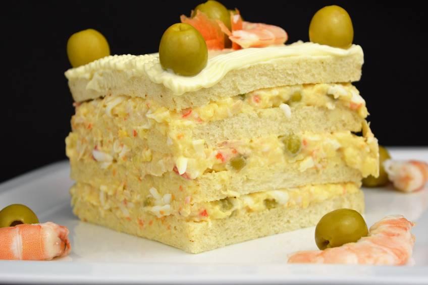 Pastel de ensaladilla y pan de molde
