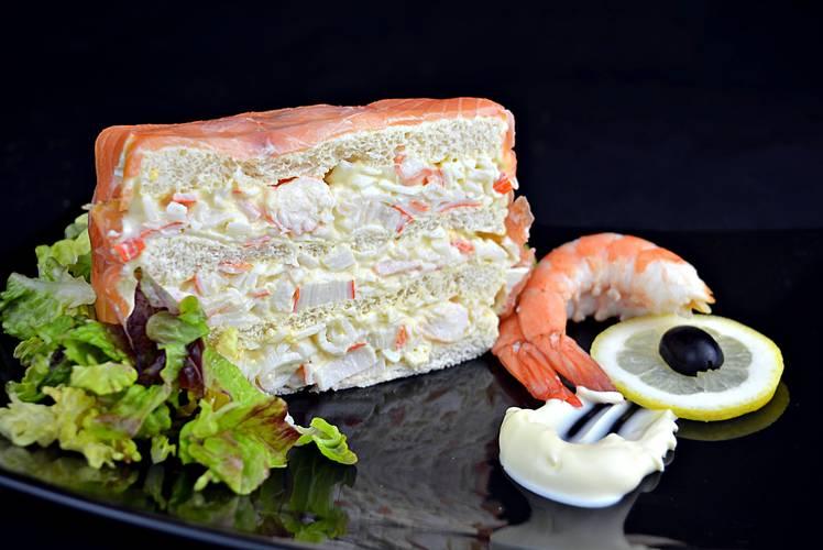 Pastel de marisco y salmón ahumado con pan de molde